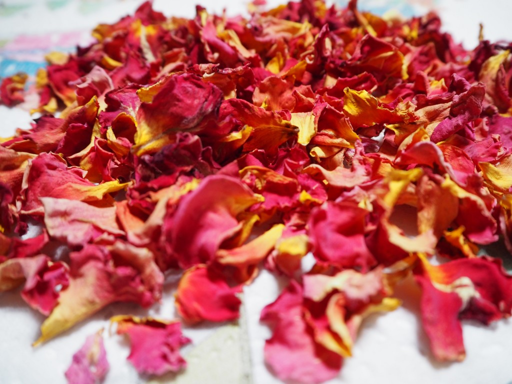 Selfmade-Rosenblüten grell