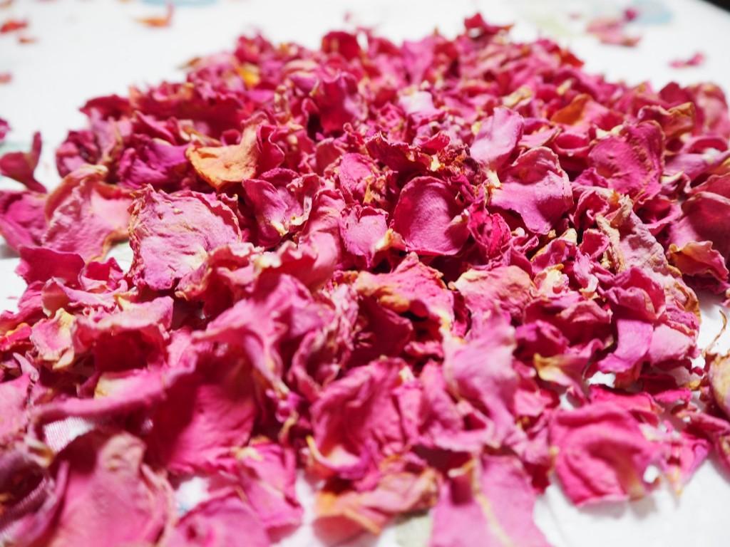 Selfmade-Rosenblüten hell