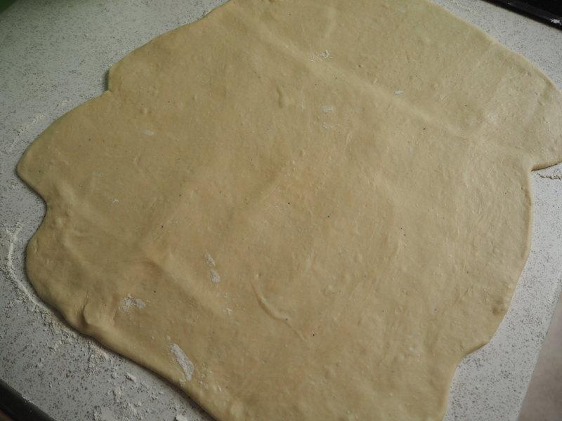 goodblog: Faltenbrot mit Tomaten und Mozzarella - Vorbereitung der Teigplatte