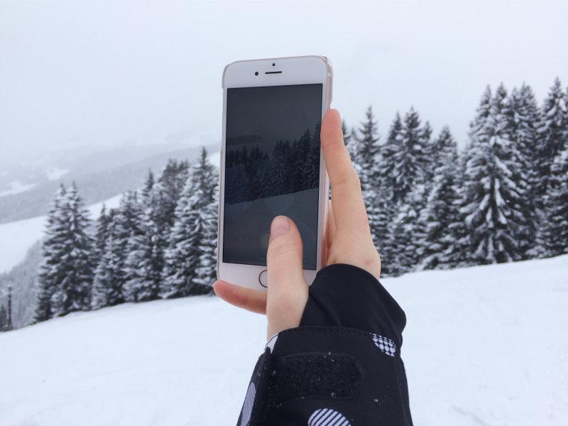 goodblog in der Story Base Saalbach: Lisa beim Snapchatten