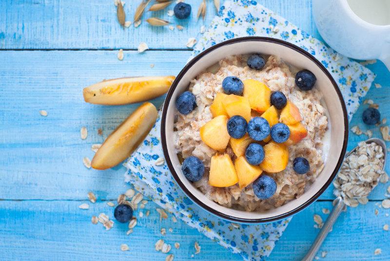 goodblog mit der TCM-Ernährungsberatung Apfelbaum: Porridge - mit Pfirsich und Heidelbeeren (c) nadianb/fotolia