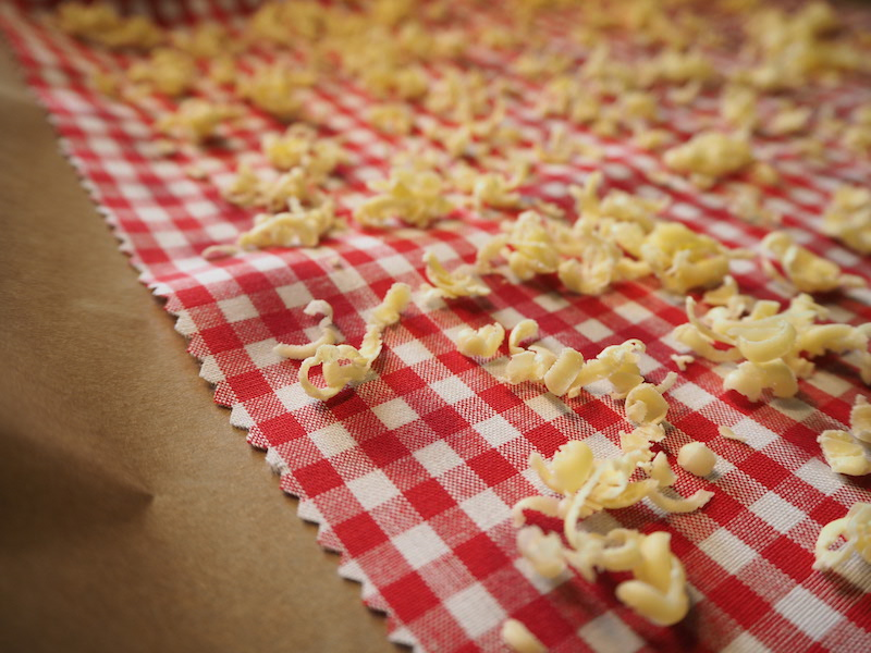 goodblog im Biomagazin: Wachstuch selbermachen - Bienenwachs reiben